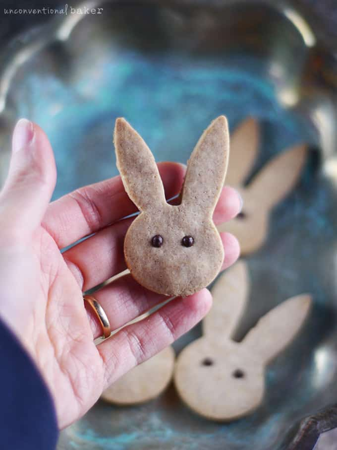 Cinnamon bunny face-shaped cookies